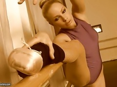 Blonde fills the hole between her legs with dildo