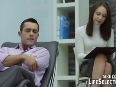Things take a turn for the better when Patient R visits his psychologist. The young doctor does her best to find out the real causes of his woes � and listens to various sexual affairs.