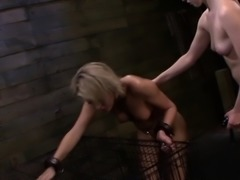 Caged les slave strapon