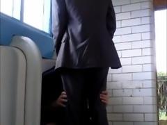 Novinho e empresário no banheiro desativado