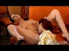Hottie licks her gf&#039_s pussy