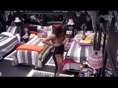Caiu na net BBB 17 Vivian Amorim paga peitinho ao trocar de roupa