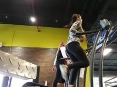 Candid teen ass in leggings jiggle!