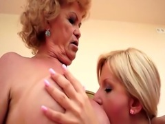 Les beauty muffdiving grannys drenched pussy