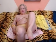 PAWG granny model on webcam knows how to do her job