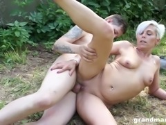 Granny with a hot body enjoys a trembling wiener in the park
