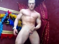 Handsome webcam hunk reveals his muscled body and jerks off