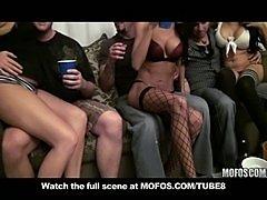 Групповое порно студентов на свингер вечерине третий кадр.